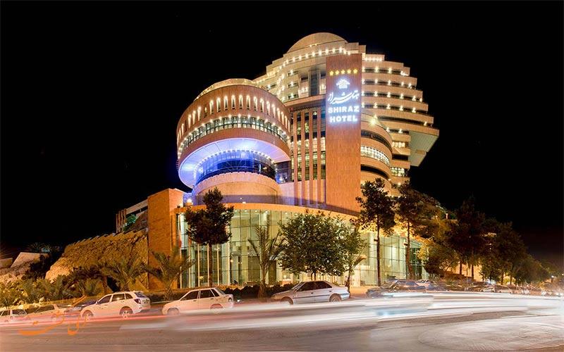 هتل بزرگ شیراز اتاق های بسیار شیک و تخت های استانداردی دارد و هارمونی بی نظیری از نور و رنگ در اتاق ها و راهروهای این هتل برقرار است.