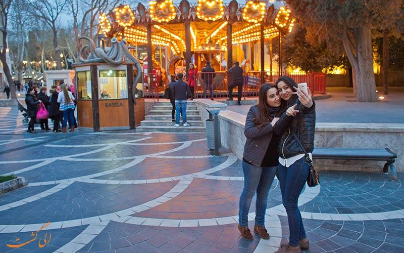 دو دختر در حال سلفی گرفتن در خیابان نظامی