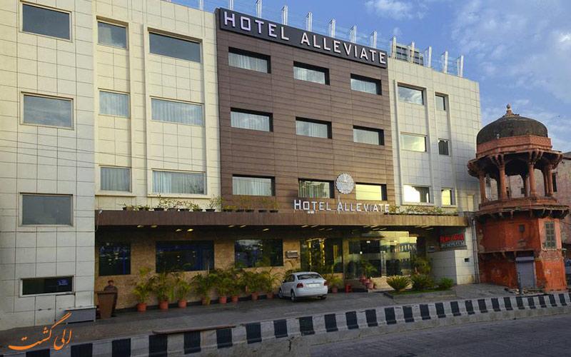 هتل الویات آگرا، با بنایی تاریخی در کنارش