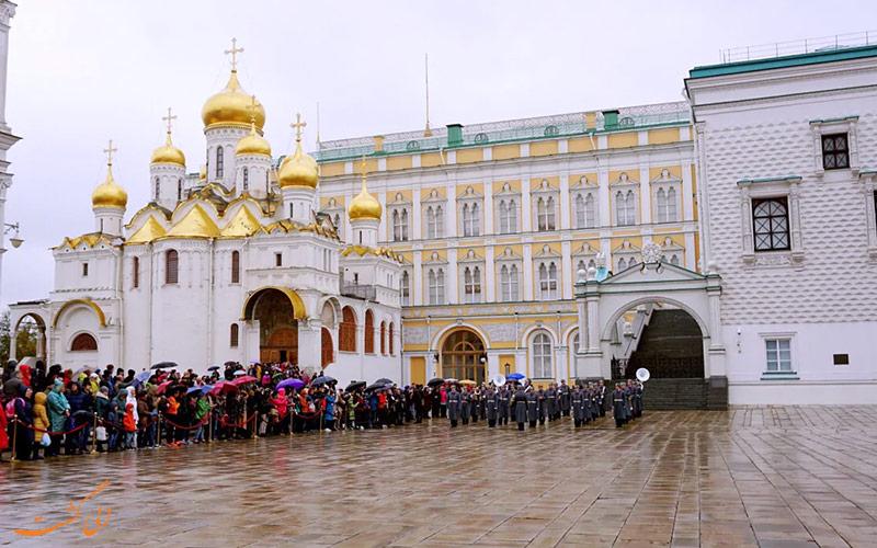 گردشگران در یک روز بارانی در انتظار بازدید از کلیسای جامع بشارت مسکو