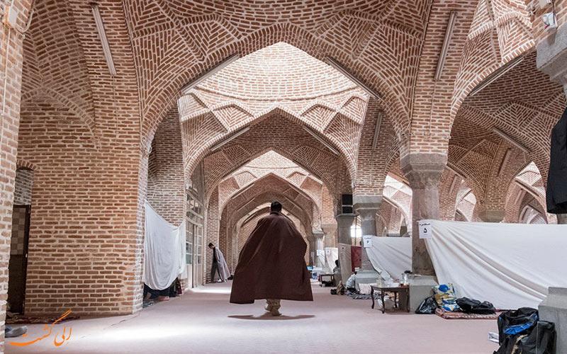 طلبه ای در محوطه ی مسجد جامع تبریز