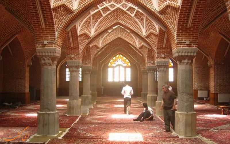 نمازگزارن در مسجد جامع تبریز
