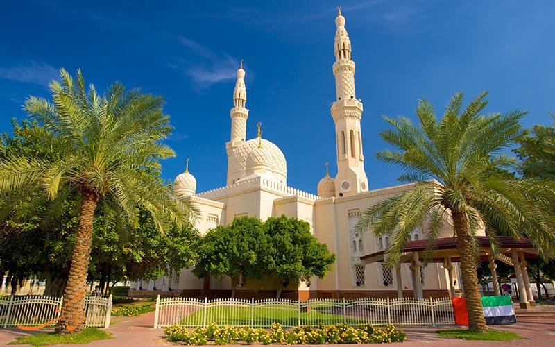 مسجد جمیرا در منطقه ای به همین نام نیز قرار دارد که یکی از سواحل مسکونی و لوکس دبی است