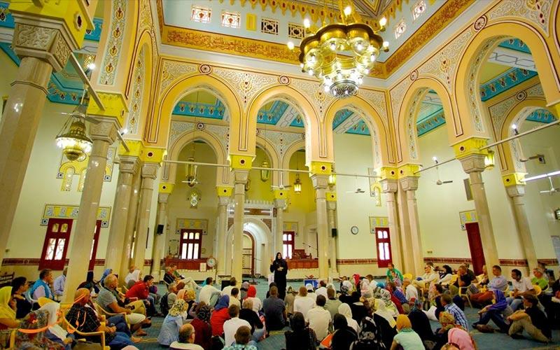 """مسجد """"جمیرا"""" از سنگ های گران مایه ای به رنگ های کرم و صورتی کم رنگ ساخته شده"""