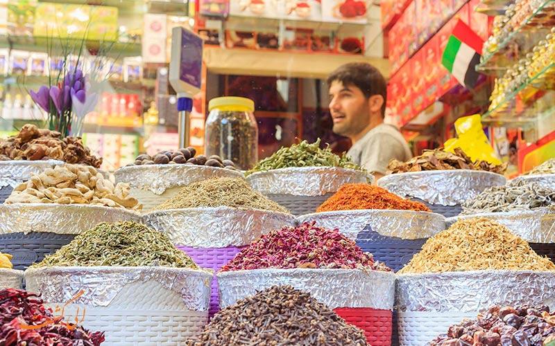 بازار معروف ادویه دبی در منطقه الراس در مجاورت خلیج فارس قرار دارد.