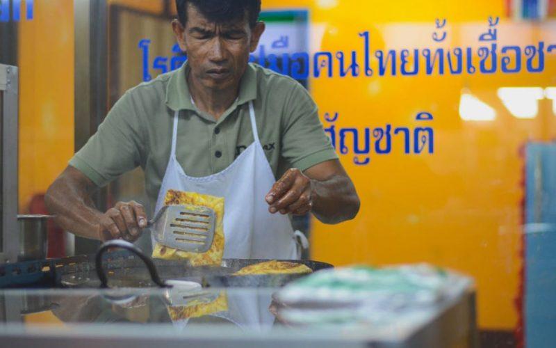 فروشنده در حال آماده کردن نان تایلندی