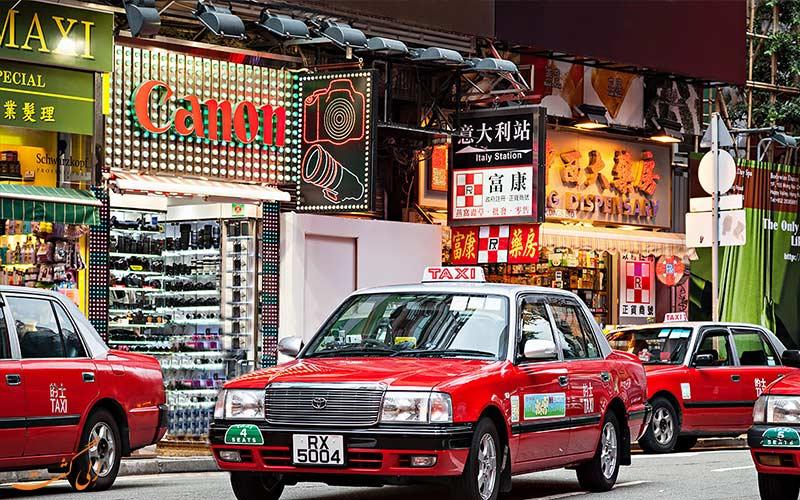 تاکسی های قرمز پارک شده در خیابان های هنگ کنگ-حمل و نقل عمومی در هنگ کنگ
