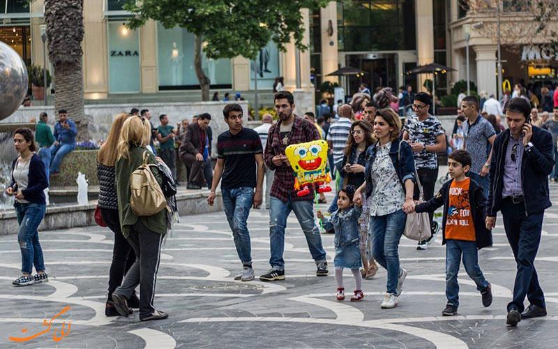 مردم در حال خرید در خیابان نظامی باکو
