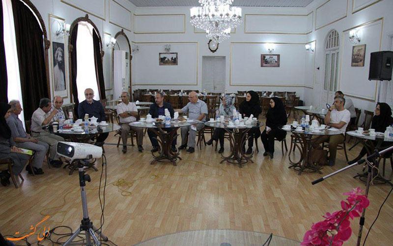نمایی از داخل ساختمان شهرداری رشت و برگزاری یک نشست در آن
