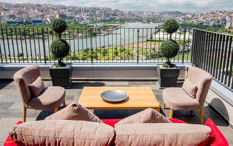 دید به بسفر از بالکنی هتل هیلتون گاردن استانبول
