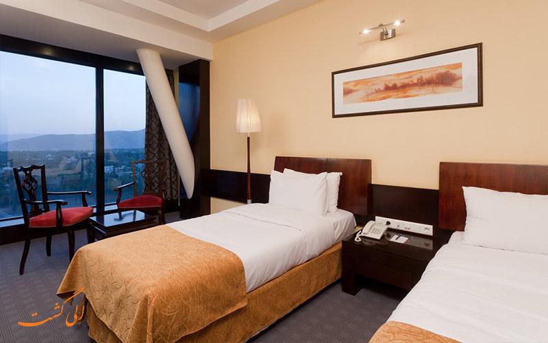 اتاق دو تخته هتل بزرگ چمران با نمای شهر شیراز
