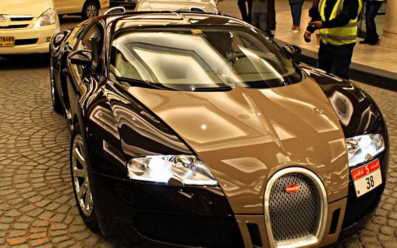 یک ماشین لوکس در خیابن های دبی