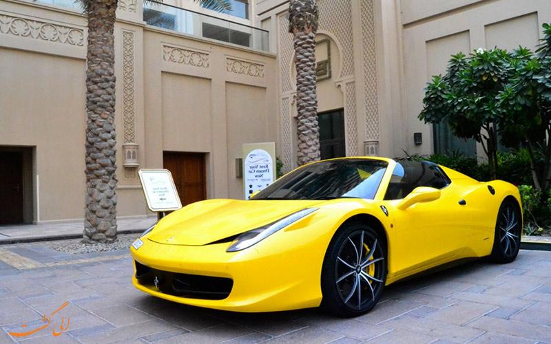 یک ماشین اسپرت زرد رنگ در دبی