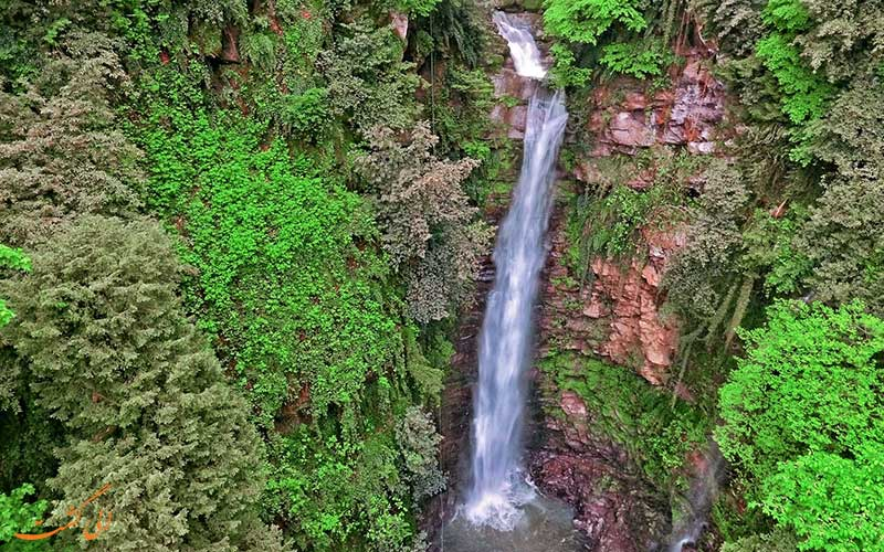 تصویری هوایی از یکی از آبشارهای منطقه ی لفور