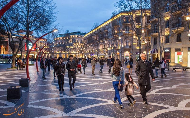 مردم باکو در حال قدم زدن در عصر خیابان نظامی