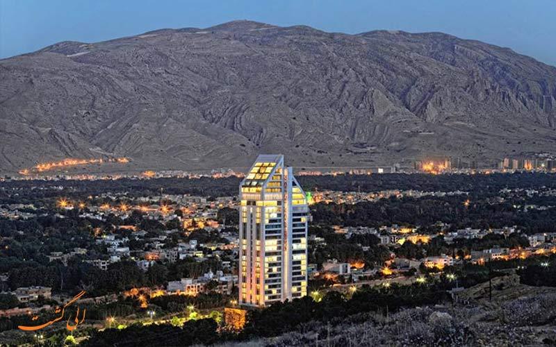 موقعیت هتل چمران در شیراز و نمای شب شهر
