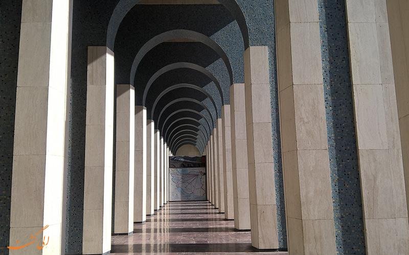 نمایی از ستون های ایستگاه راه آهن مشهد که شبیه به طاق کاخ کسرا است.