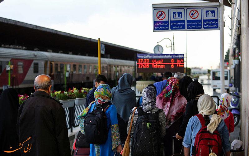 مسافران در ایستگاه راه آهن مشهد