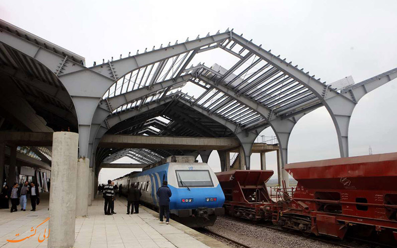قطاری در حال حرکت به سمت شیراز