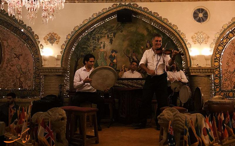 عالی قاپو، از رستوران های با موسیقی زنده در تهران