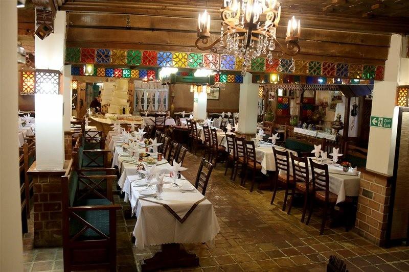 نمایی از سالن رستوران گیلار