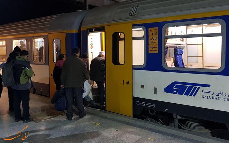 مسافران در حال سوار شدن به قطار