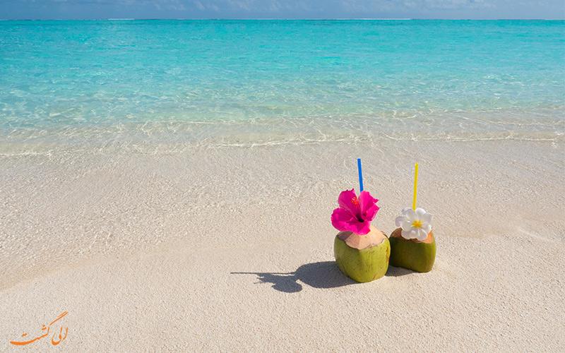 تصویری از نوشیدنی های خوشمزه با طرح گل کنار ساحل مالدیو
