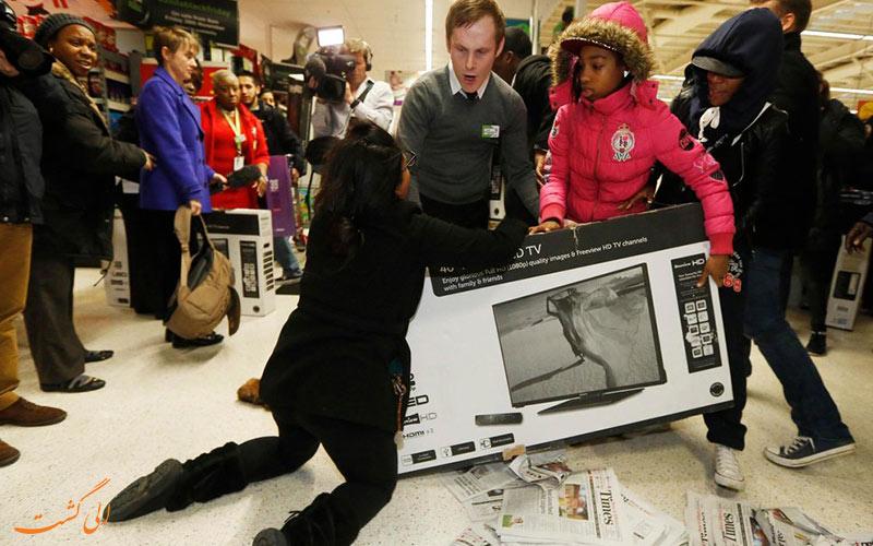 تصویر دعوا بر سر اجناس یک فروشگاه