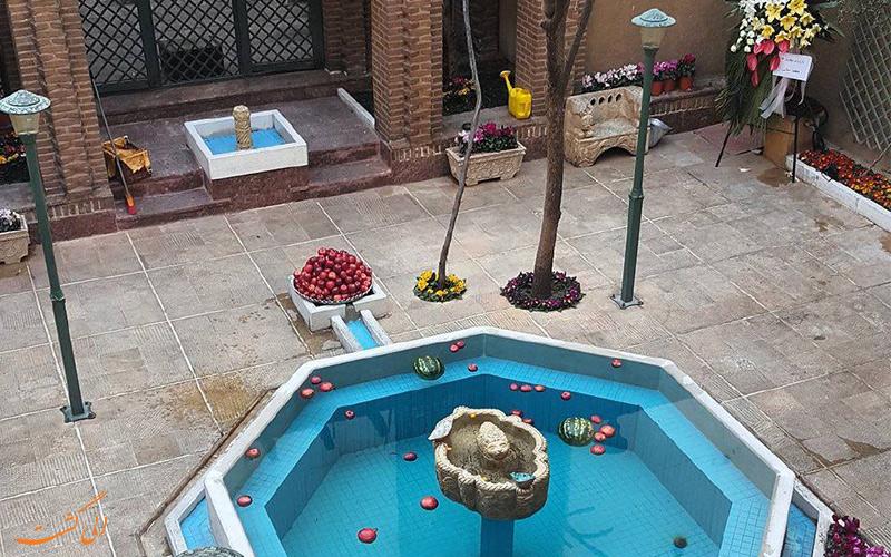 نمای حیاط حوض دار خانه فاموری در تهران