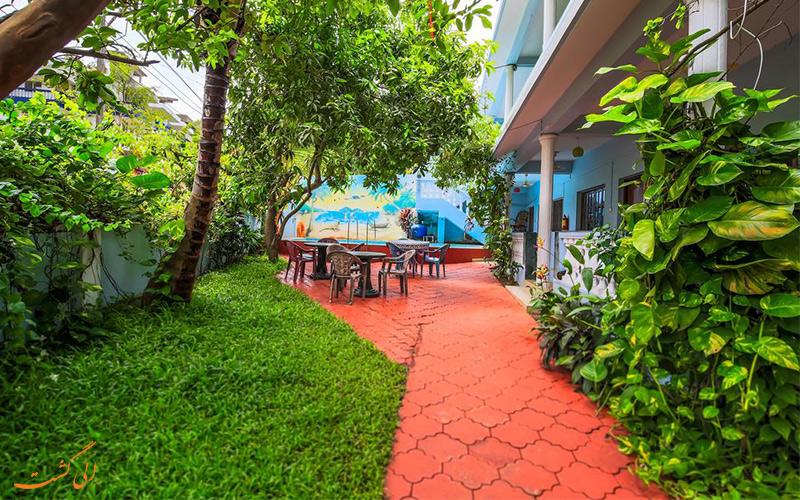 حیاط خانه مهمان اویو 13747 تانیشا (Tanisha Guest House) محیطی با رنگ های زنده سبز، قرمز و آبی
