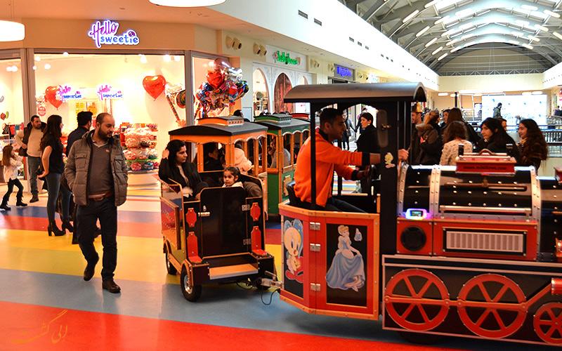 خانواده ها به همراه کودکان در حال سوار بر دستگاه تراموا فان تایم استانبول