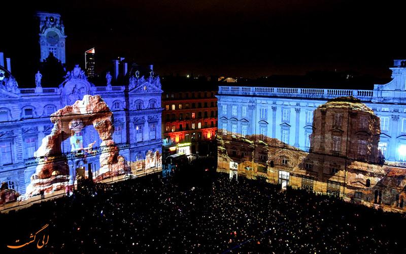 گردهمایی مردم در میدان Place des Terreaux لیون به مناسبت جشن نور