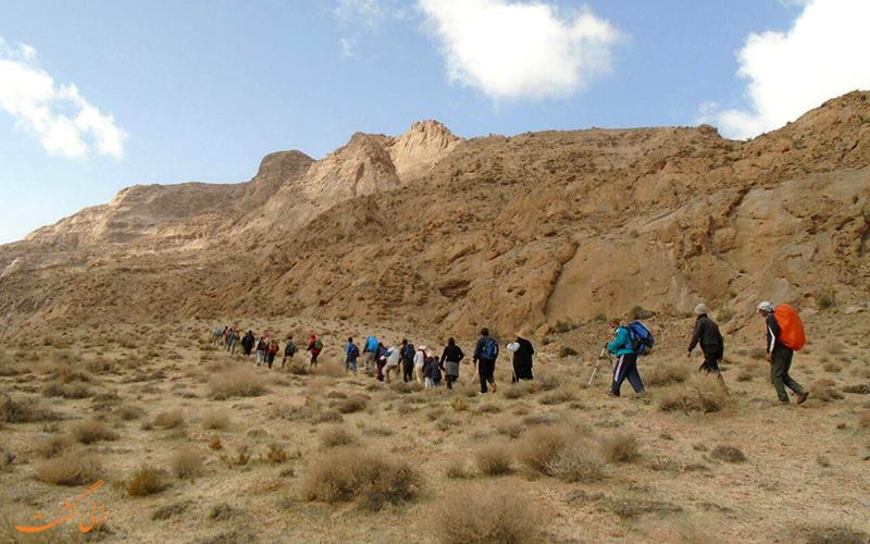 تیم کوهنوردان و غارنوردان به در حال حرکت به سمت غار پشوم