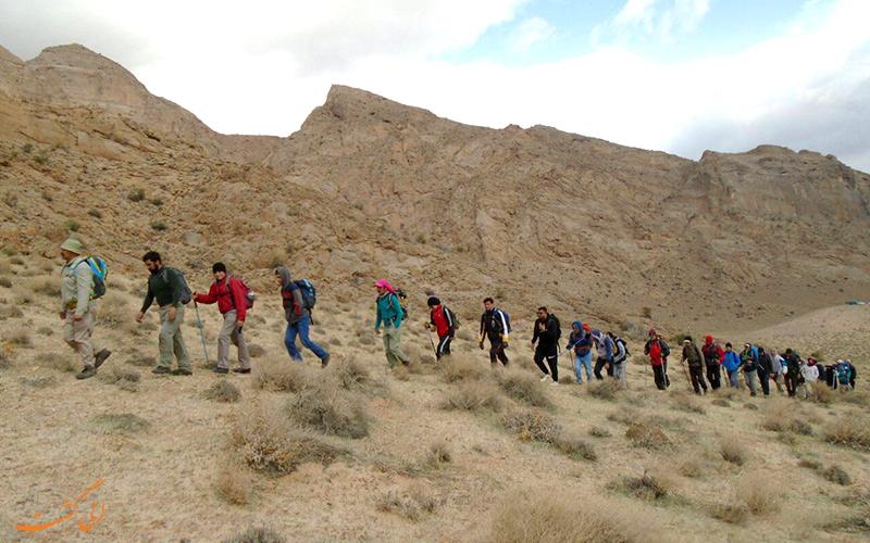 تیم کوهنوردی در مسیر به سمت غار