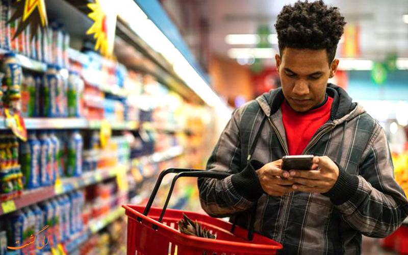 تصویر مرد در حال خرید در فروشگاه مواد غذایی به دلیل حراج بلک فرایدی