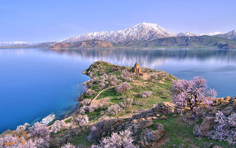 منظره بهاری دریاچه وان Van Lake