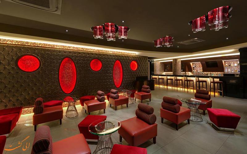 سالن رستوران با طراحی داخلی با رنگ قرمز و مبلمان ظریف هتل فرن کادامبا (The Fern Kadamba Hotel)