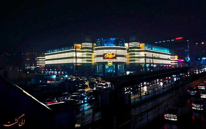 نمای بیرون مرکز خرید تیراژه واقع در اشرفی اصفهانی در شب  Tirajeh Shopping Center