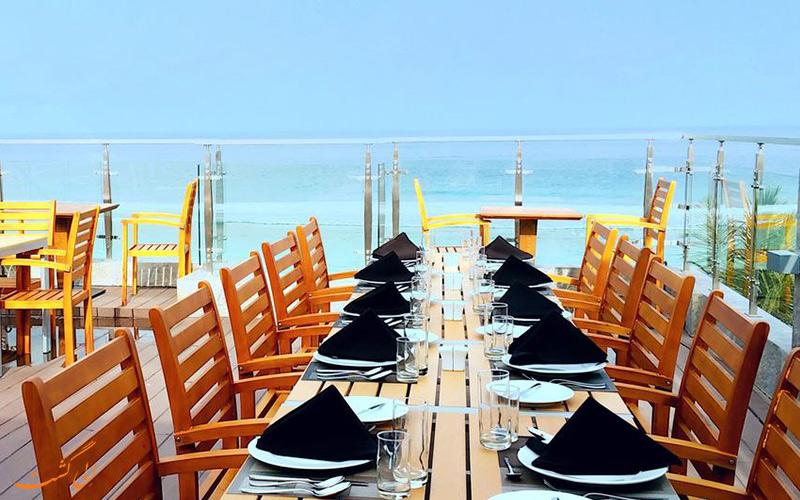 رستوران خلوتگاه ویستا بیچ با منظره رو به اقیانوس هند در جزایر مالدیو