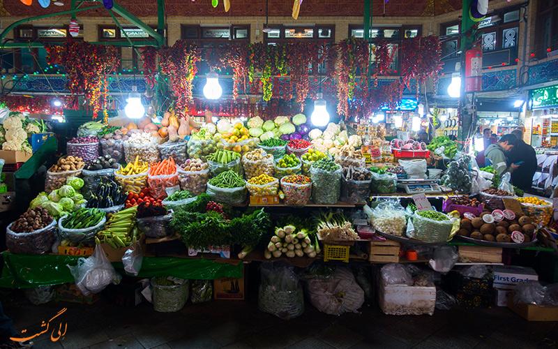 نمای زیبای بازار محلی میوه فروشی با تنوع میوه های زمستانی