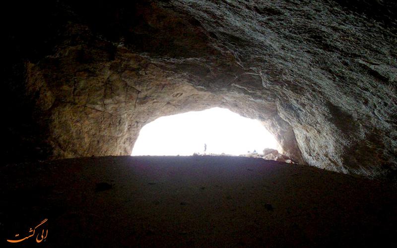 نمایی از درون غار به سمت بیرون و روشنایی