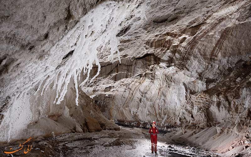 نمایی از غار نمکی قشم