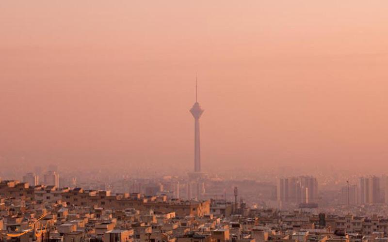 نمای دور از برج میلاد در تهران آلوده