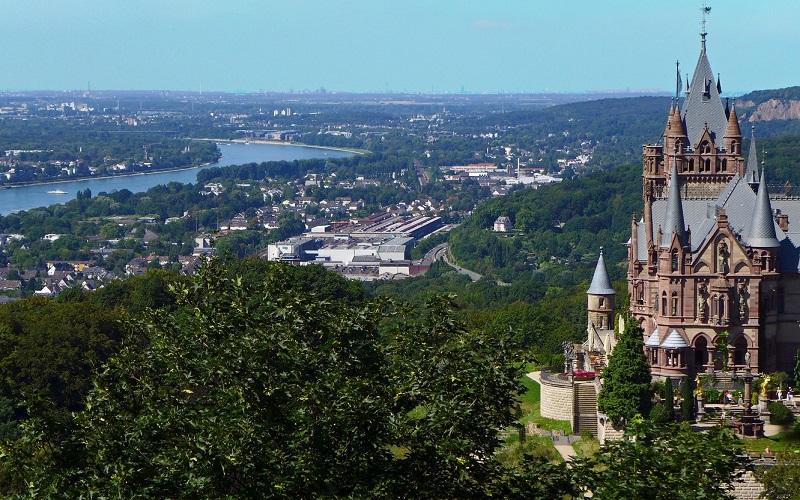 تصویری از یک قلعه تاریخی در نزدیکی راین